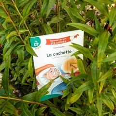 """[JEUDI COULISSES]  Les beaux jours et la chaleur reviennent... Une belle occasion pour lire un peu au soleil après une journée d'école !  Un de nos ouvrages s'est d'ailleurs caché. Le gulu a encore dû faire des bêtises ! 😆  Vous connaissez ce livre ? Il fait partie de notre collection """"Apprendre à lire avec LES ALPHAS"""".  Indiqué comme étant un titre Fin CP, il s'adresse aux enfants ayant découvert les sons complexes (""""ou"""", """"in"""", """"an""""...) et les différentes manières de les orthographier (ex : /o/ = """"o"""", """"au"""", """"eau""""). Le texte est composé de mots qui en contiennent, et propose également des mots à lire dont des lettres (-c, -g, -s) changent de prononciation. Des codes couleurs permettent d'attirer l'attention des enfants sur ces particularités.  #lesalphasofficiel #lesalphas #methode #lecture #recrealire #edition #pedagogie #apprentissage #enfants #lire #ouvrage #classe #ecole #livre #cachette #sons"""